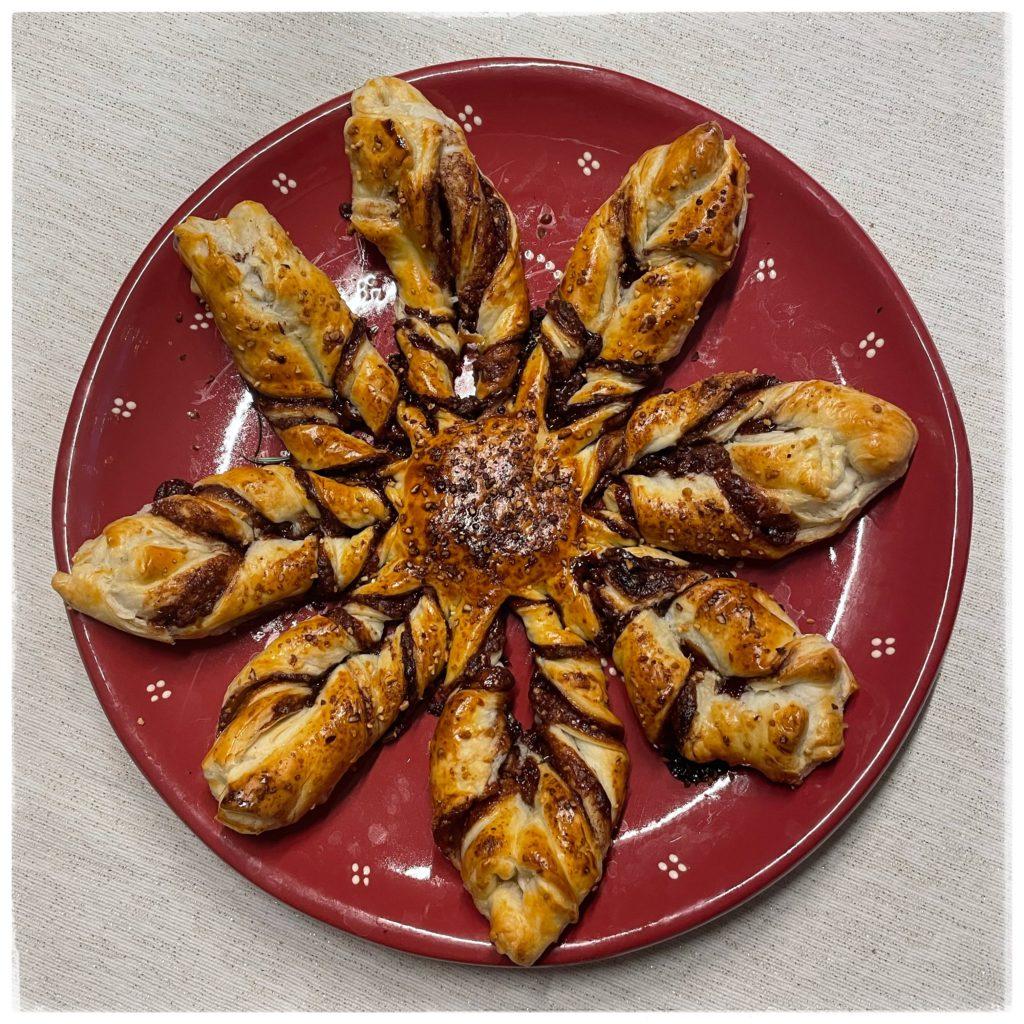 Flocon feuilleté sur un plat avec sapin