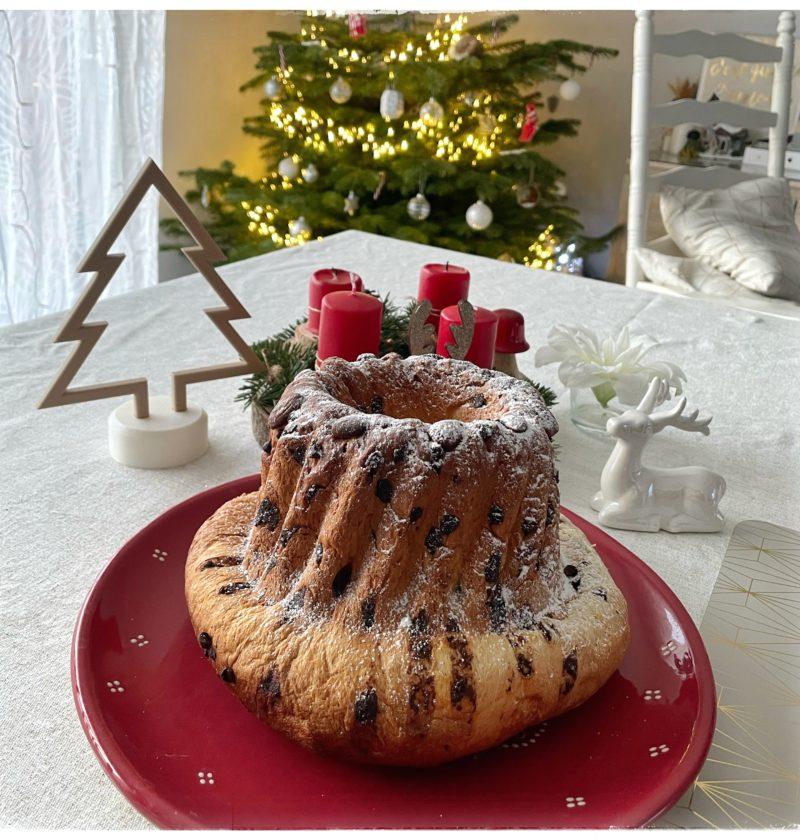 Kouglof présenté dans un plat et de la décoration de Noël