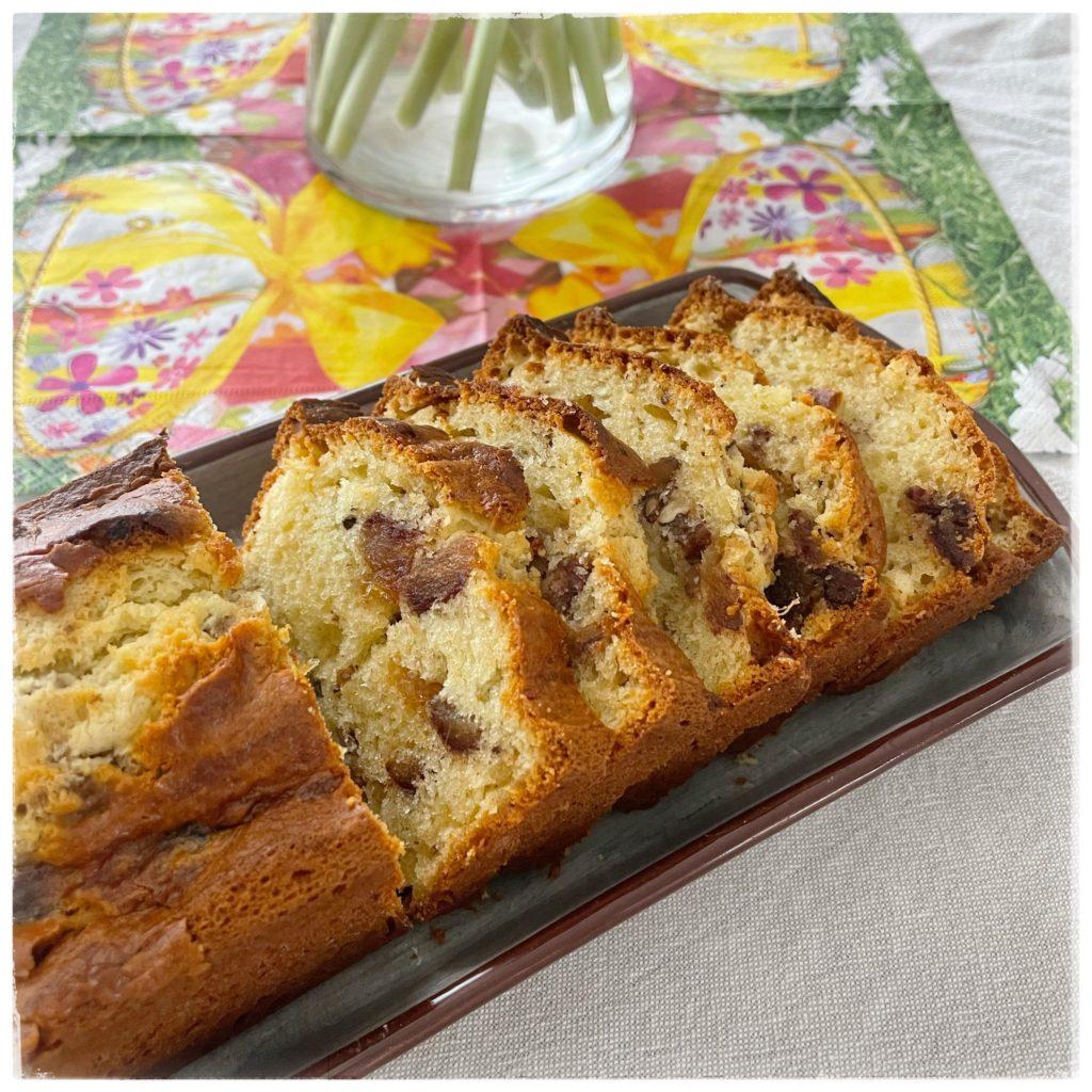 Cake aux dattes et aux noix tranché