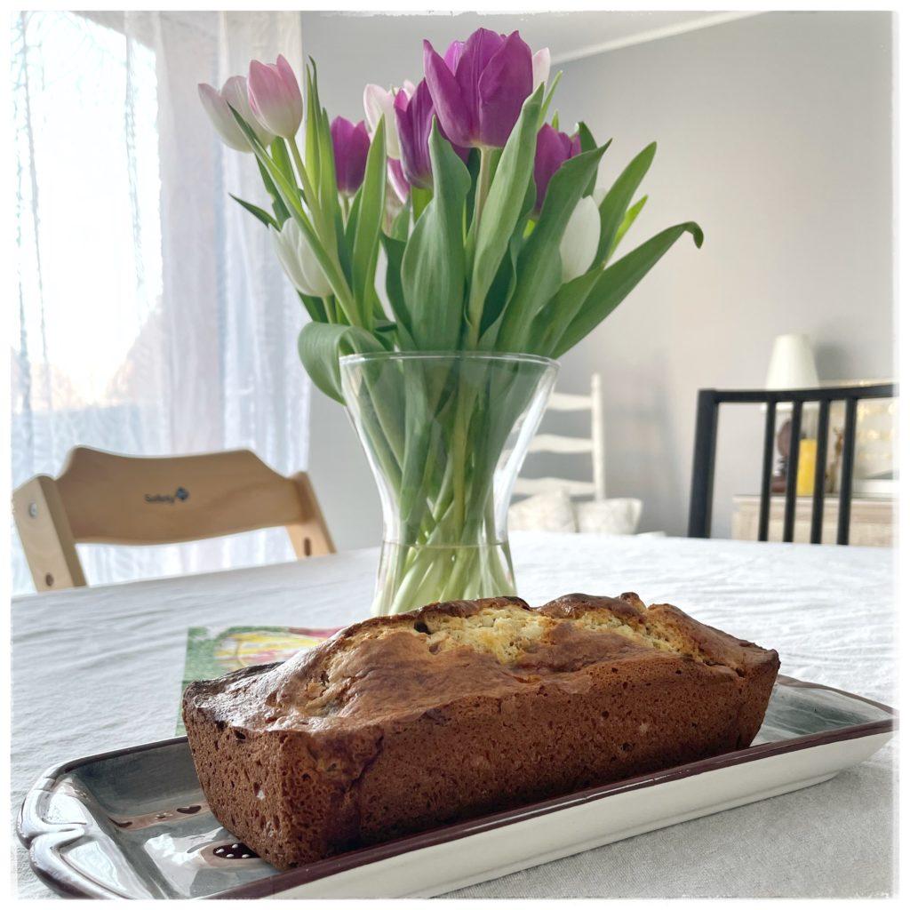 Cake aux dattes et aux noix bouquet de tulipes