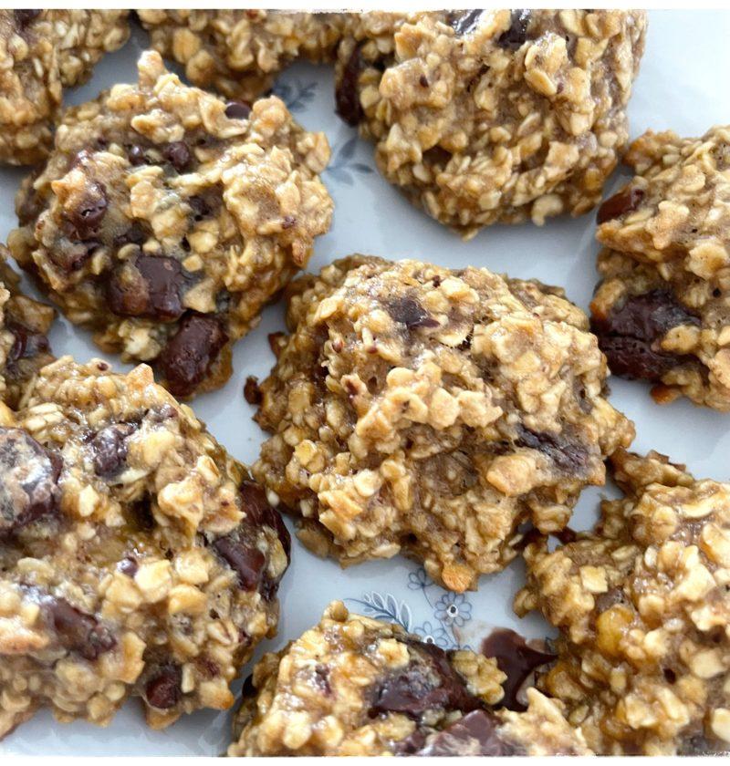 Plat de cookies avoine banane cacahuète et chocolat