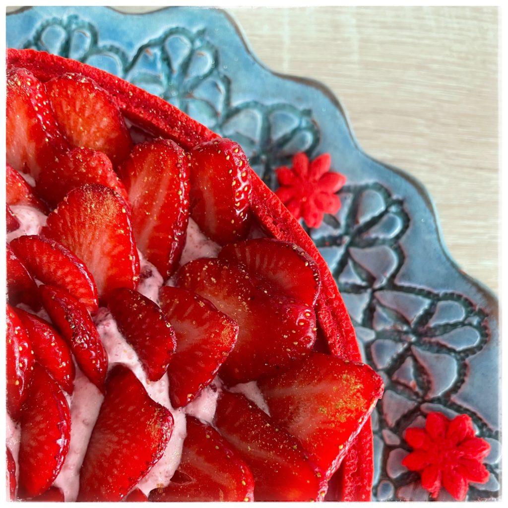 Charlotte aux fraises dans son plat de service