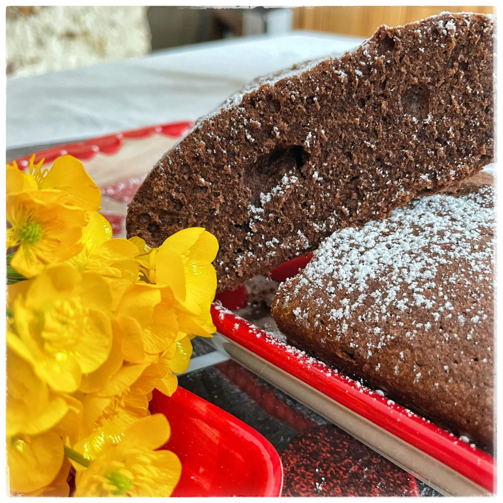 Gâteau chocolat tranché et boutons d'or